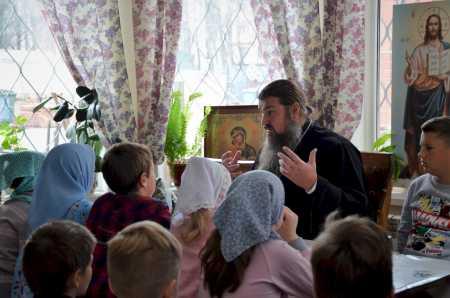 Для воспитанников Воскресной школы состоялась беседа с настоятелем, посвященная Дню православного миссионера